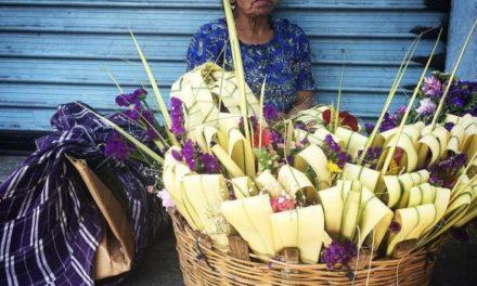 Mujer vendiendo ramos. Ilka Oliva Corado.